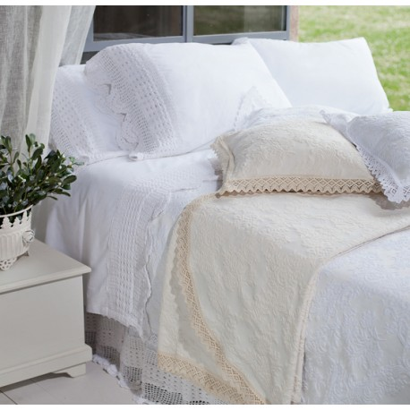 Bed cover with frills White