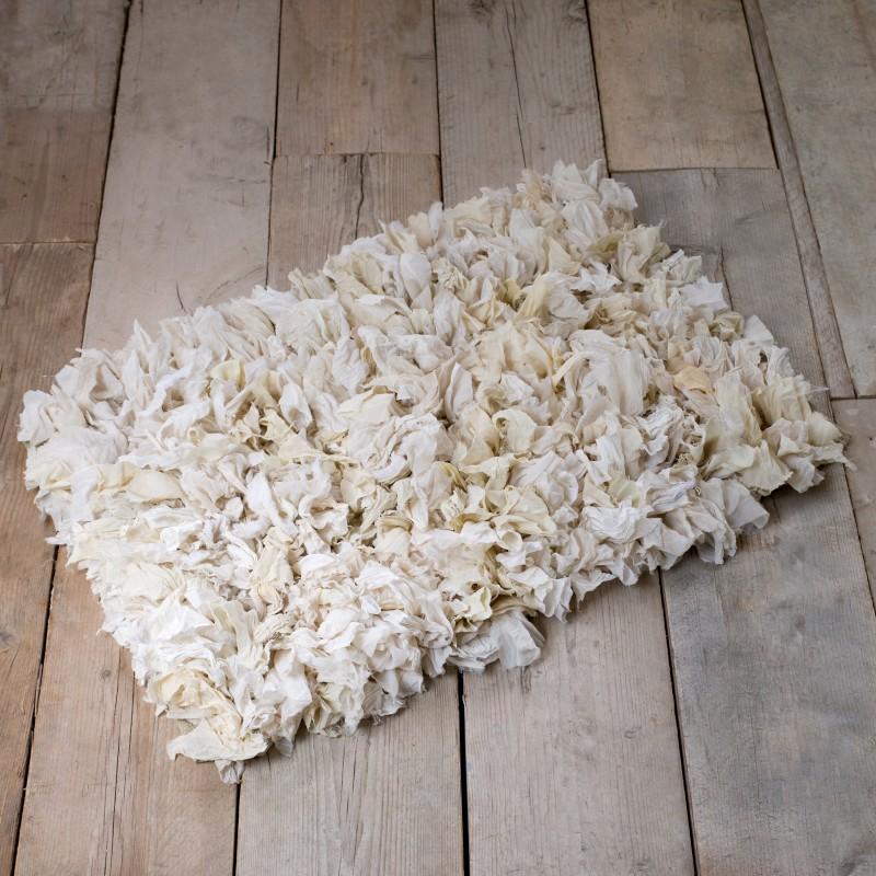 tapis rag ecru chez blanc mariclo pour une d co shabby chic romantique. Black Bedroom Furniture Sets. Home Design Ideas